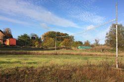 Blick vom Volleyballfeld nach vorn